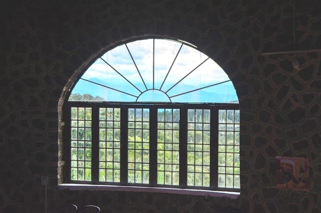Ô cửa sổ đẹp nhìn ra núi non xanh thẳm bên ngoài