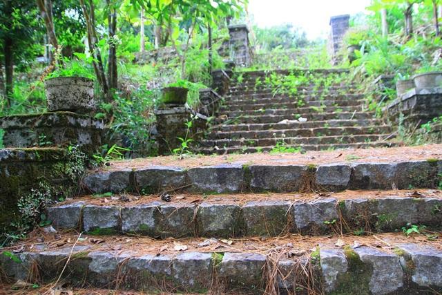 Bậc đá dẫn lên phần nền móng từng là một biệt thự kiểu Pháp tại Bạch Mã