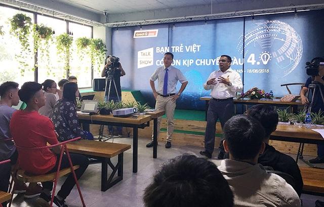 """Talk show """"Bạn trẻ Việt có còn kịp Chuyến tàu 4.0?"""" được tổ chức tại Hà Nội, thu hút nhiều sinh viên đang theo học ngành công nghệ thông tin tới tham dự. Hai chuyên gia đào tạo về lĩnh vực CNTT John Mathew và Chu Tuấn Anh chia sẻ nhiều thông tin bổ ích."""