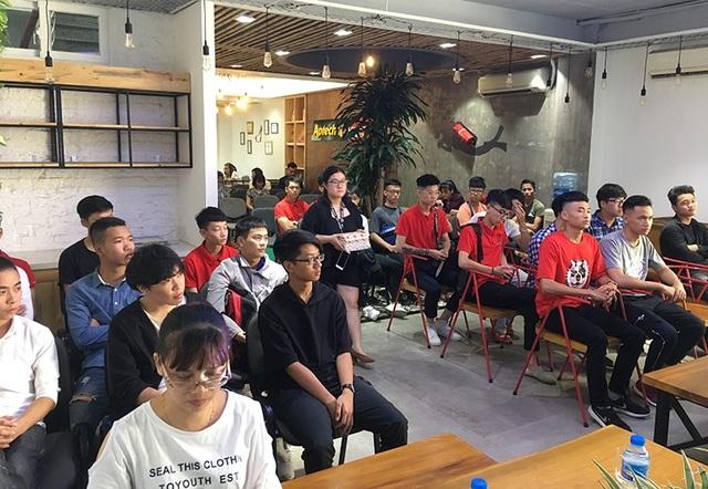 Các bạn sinh viên lắng nghe và đưa ra những câu hỏi liên quan tới cuộc cách mạng công nghiệp 4.0 cũng như cơ hội việc làm trong thời đại này