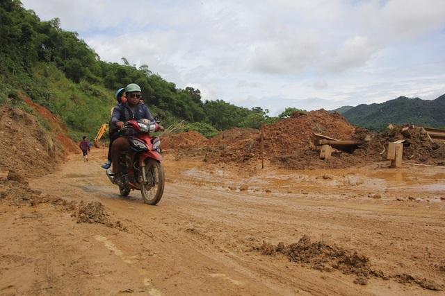 Quốc lộ 7 qua huyện Kỳ Sơn được dọn dẹp sau sạt lở núi.