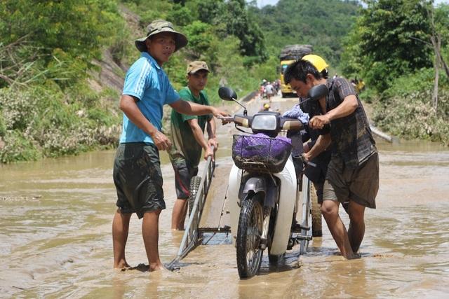 Cuộc sống người dân vùng lũ lụt gặp muôn bà khó khăn.