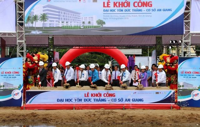 Các đại biểu thực hiện nghi thức khởi công xây dựng cơ sở đào tạo trường ĐH Tôn Đức Thắng tại An Giang