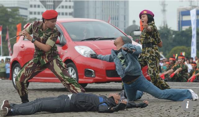 Các thành viên nữ của đội đặc nhiệm Indonesia diễn tập kỹ năng tác chiến (Ảnh: AFP)
