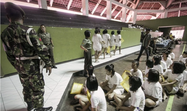 Các nữ ứng viên xếp hàng chờ kiểm tra sức khỏe tại Indonesia (Ảnh: Alamy)