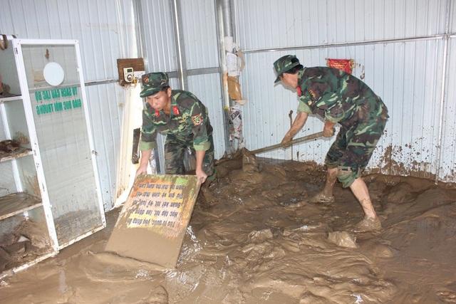 Trong khi đó, tại huyện Con Cuông cũng nổ lực hết mình khắc phục hậu quả lũ lụt. (Ảnh: Tường Vi)