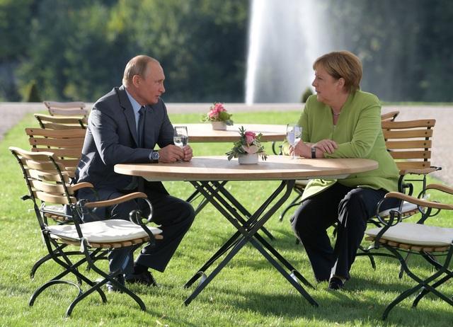 """Bất chấp những căng thẳng giữa châu Âu và Nga, Thủ tướng Merkel khẳng định mục tiêu chính của bà vẫn là duy trì """"đối thoại lâu dài"""" với Nga. Bà Merkel cho rằng cả Nga và Đức, với tư cách là hai nước thành viên của Liên Hợp Quốc, cần có trách nhiệm giải quyết các vấn đề toàn cầu."""