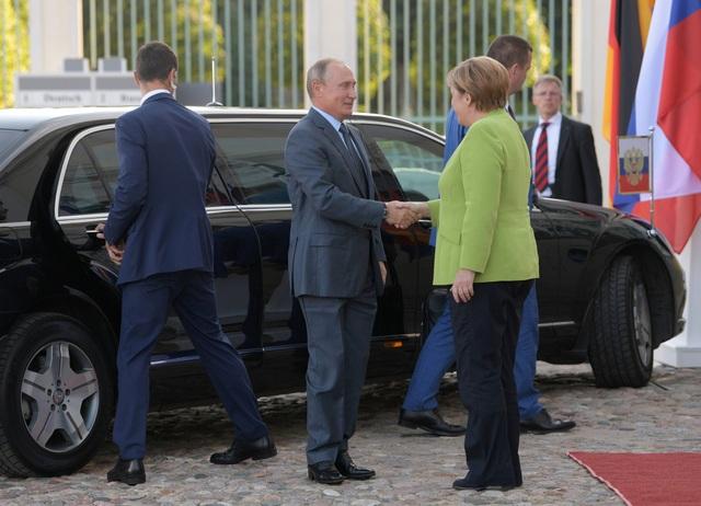 Thủ tướng Merkel hôm qua đã tiếp đón Tổng thống Putin nhân chuyến đi của nhà lãnh đạo Nga tới Đức. Hai nhà lãnh đạo đã có các cuộc hội đàm chi tiết kéo dài 3 giờ đồng hồ và cùng nhau trao đổi về nhiều vấn đề chung trong quan hệ song phương cũng như toàn cầu.