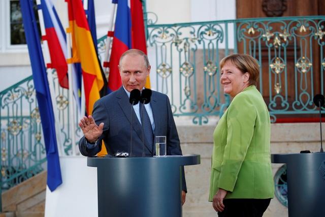 """Tổng thống Putin và Thủ tướng Merkel đã trao đổi về việc dẫn khí đốt đi qua lãnh thổ Ukraine, đồng thời tính đến khả năng Mỹ sẽ đưa ra các lệnh trừng phạt nếu dự án Nord Stream 2 đi vào hoạt động. Tuy vậy, hai nhà lãnh đạo Nga - Đức đều khẳng định không nên """"chính trị hóa"""" dự án này."""
