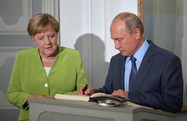 Liên quan tới cuộc xung đột tại Syria, Tổng thống Putin kêu gọi châu Âu hỗ trợ đưa những người tị nạn trở về nhà đồng thời tham gia vào quá trình tái thiết đất nước Syria bị tàn phá sau chiến tranh. Đáp lại, bà Merkel nói rằng Syria cần có sự cải tổ về hiến pháp và tiến hành các cuộc bầu cử.