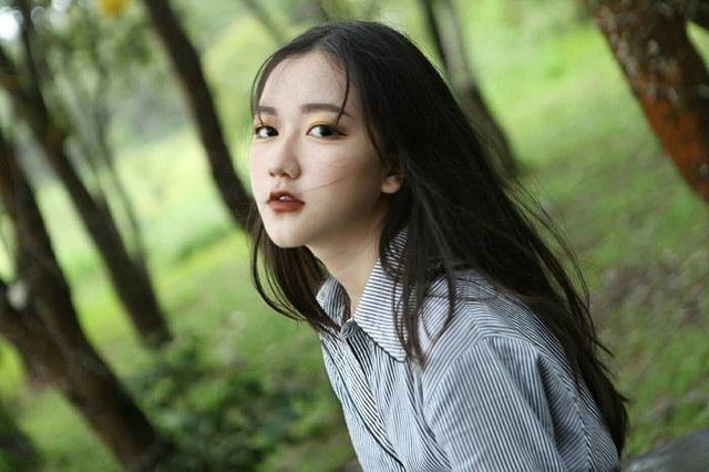 Nguyễn Vũ Thoại Nghi (sinh năm 2005) đang sinh sống và học tập tại trường THCS Nguyễn Huệ, quận Tân Phú (TP. HCM). Hình ảnh cô bé xinh xắn, mái tóc dài với biểu cảm cuốn hút bất ngờ được chia sẻ trên mạng khiến Nghi nhận được sự chú ý của mọi người.