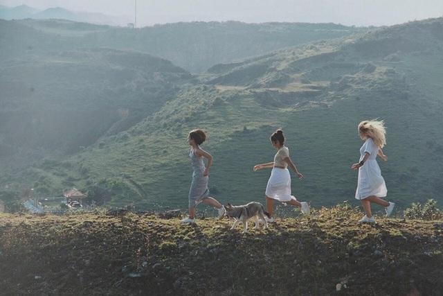 Bộ ảnh độc đáo này được nhiếp ảnh gia Thương Vang ghi lại tại núi Thanh, Hưng Nguyên, Nghệ An. Những cảm xúc chất chứa đều là khoảnh khắc tự nhiên, bình yên của ba cô gái này. Bộ ảnh hiện đang nhận được sự yêu thích của rất nhiều người.