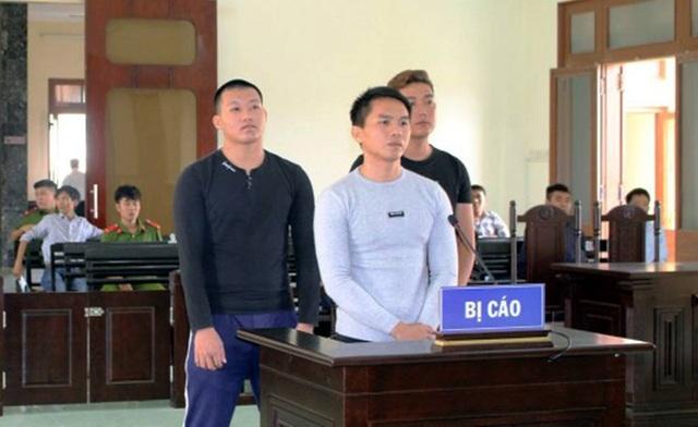Các bị cáo đứng trước bục khai báo
