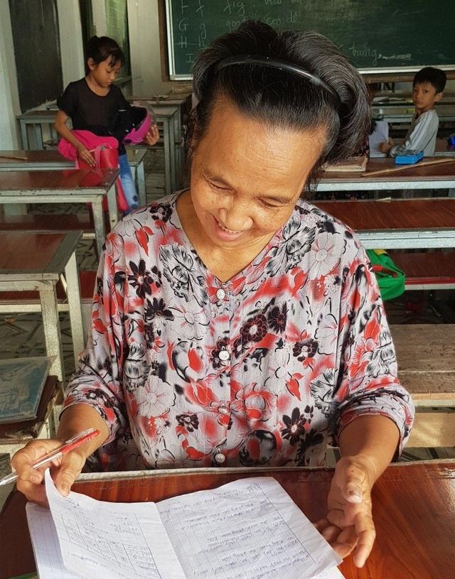 Lúc chia tay cô giáo Son và lớp học cũng là lúc nắng chiều đã tắt và cô vẫn cần mẫn ngồi xem lại từng bài tập của các em học trò nghèo