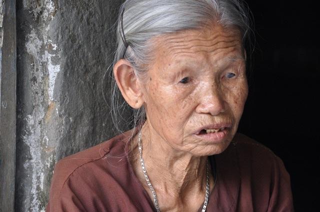 Chồng chết, 2 con chết, một mình bà đã ở tuổi 85 chăm con trai bị chất độc da cam.