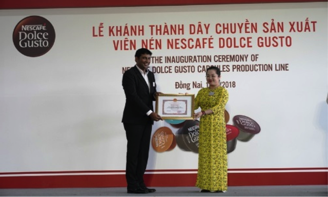 Lãnh đạo UBND tỉnh Đồng Nai trao bằng khen cho Công ty Nestlé Việt Nam vì những thành tích xuất sắc trong hoạt động sản xuất kinh doanh và phát triển kinh tế địa phương.