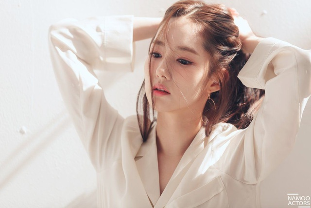 Nữ diễn viên 32 tuổi nổi tiếng trong năm 2018 vì vai diễn Thư ký Kim trong bộ phim truyền hình cùng tên.
