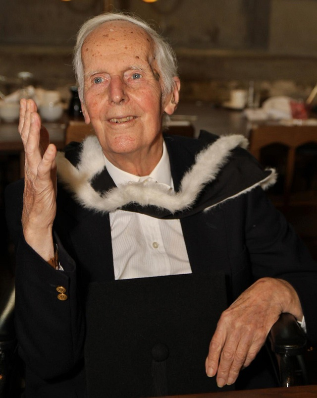 Cụ ông nhận bằng ĐH Oxford dù học xong cách đây... 76 năm - Ảnh 1.