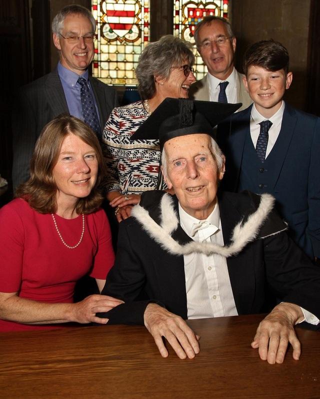 Cụ ông nhận bằng ĐH Oxford dù học xong cách đây... 76 năm - Ảnh 2.