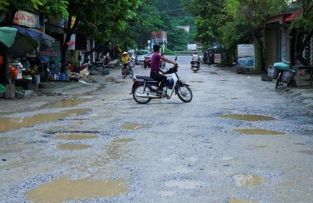 Tỉnh lộ 508 nối huyện Hà Trung và huyện Nga Sơn. Nhiều năm nay, đường xuống cấp nghiêm trọng, nắng thì bụi bay mù trời, mưa thì lầy lội.