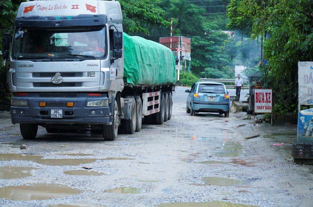 Người dân nơi đây cho biết, mỗi ngày có hàng trăm lượt xe tải hạng nặng đi qua. Đây có thể là nguyên nhân khiến mặt đường hư hỏng.