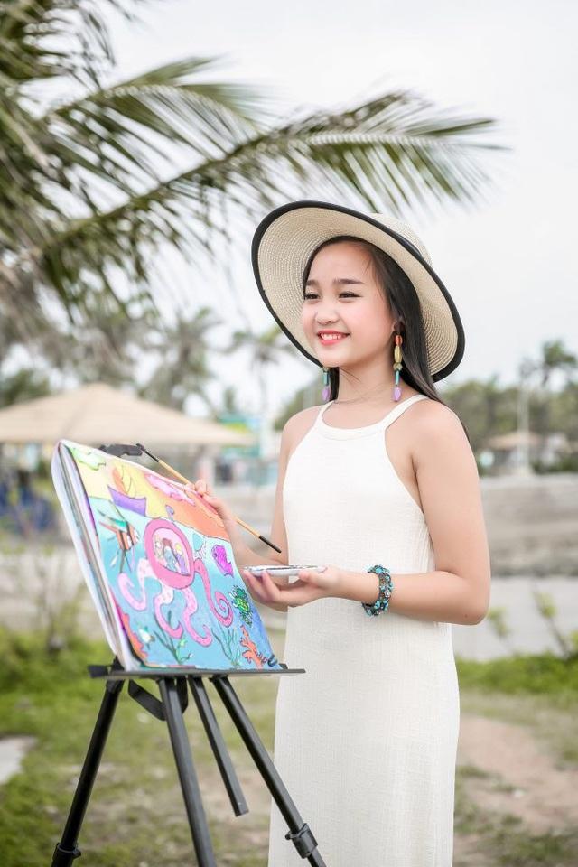 """Cô bé cũng gây ấn tượng với khán giả khi đảm nhiệm vai trò MC, ca sĩ hay model nhí. Mới đây nhất, Khánh Linh tham gia vai trò người dẫn truyện và góp một phần không nhỏ cho sự thành công của vở kịch nổi tiếng """"Peter và Chó Sói""""."""