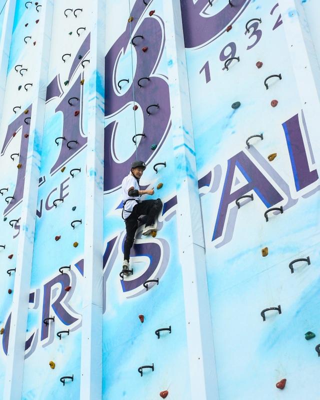 Hoàng tử V-pop cheo leo trên bức tường cao 30m