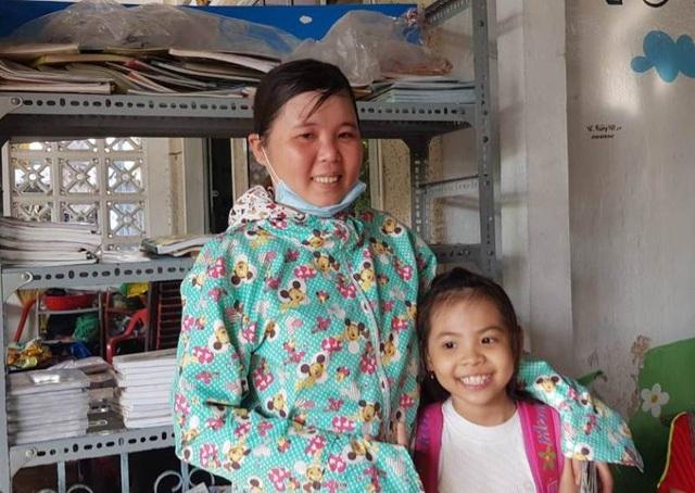 Cả hai mẹ con bé Phạm Gia Hân đều học chữ miễn phí tại nhà cô giáo Son