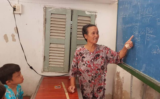 Cô Võ Thị Son năm nay đã 71 tuổi những hàng ngày vẫn tận tụy mang con chữ đến với học trò nghèo