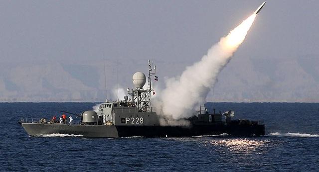 Tàu chiến Iran phóng tên lửa ở eo biển Hormuz. (Ảnh: AFP)