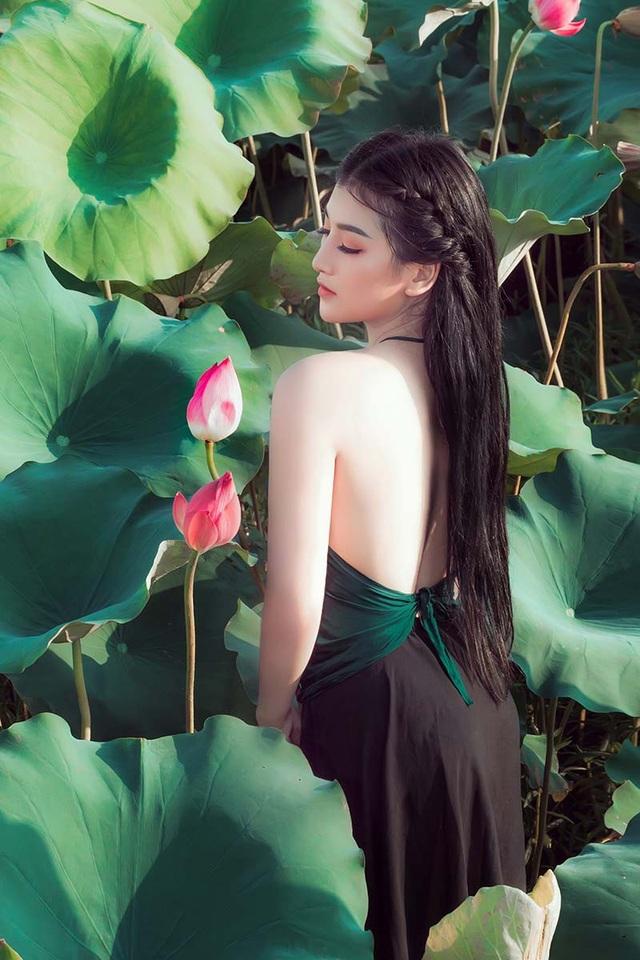 Nữ sinh trường Điện ảnh mặc áo yếm khoe sắc bên hoa sen cuối mùa - 10
