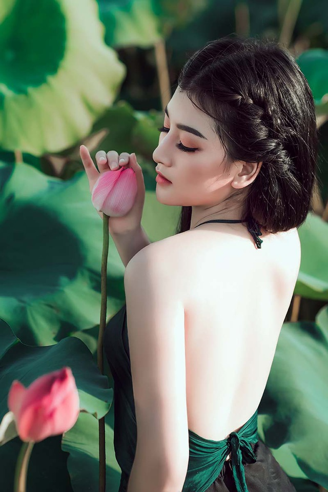 Nữ sinh trường Điện ảnh mặc áo yếm khoe sắc bên hoa sen cuối mùa - 9