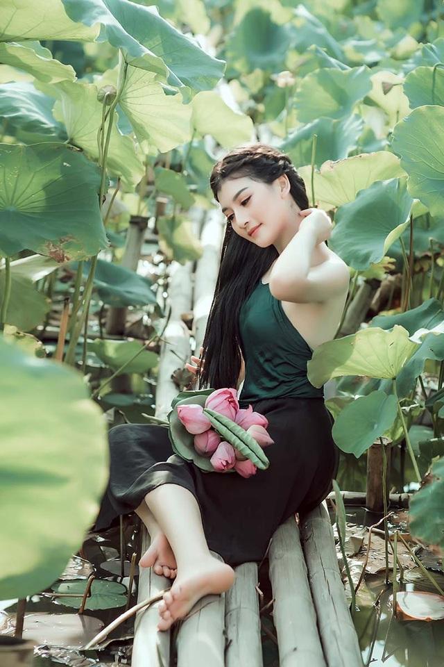 Nữ sinh trường Điện ảnh mặc áo yếm khoe sắc bên hoa sen cuối mùa - 8