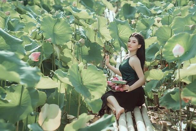 """Những khoảnh khắc với sen cuối mùa tinh khôi, trong trẻo của Ngọc Thọ được nhiếp ảnh gia Hậu Kim ghi lại. Anh bật mí: """"Ý tưởng cho bộ ảnh này chính là từ nét đẹp truyền thống của người con gái Việt Nam bên hoa sen trong trang phục truyền thống. Bởi áo yếm đã gắn bó rất lâu, trở thành một thứ trang phục không thể thiếu của các cô gái ngày xưa""""."""