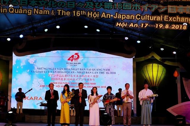 Lãnh đạo tỉnh Quảng Nam tặng hoa lưu niệm cho các đơn vị tham gia trong khuôn khổ giao lưu