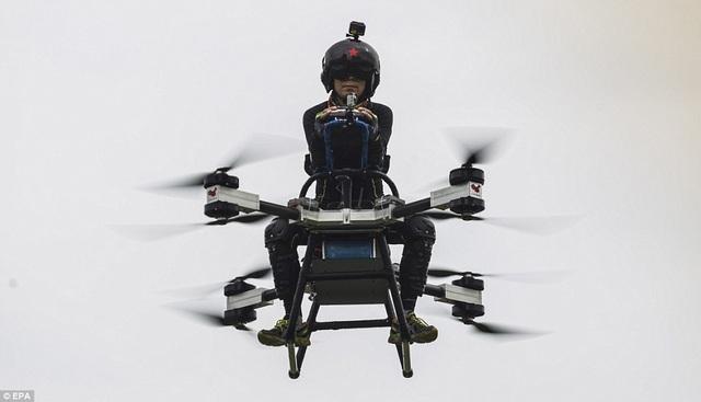 Anh Zhao cho biết thiết bị bay này rất dễ điều khiển, chỉ như lái xe máy nhưng là trên không, có thể chở nặng 50 - 100 kg.
