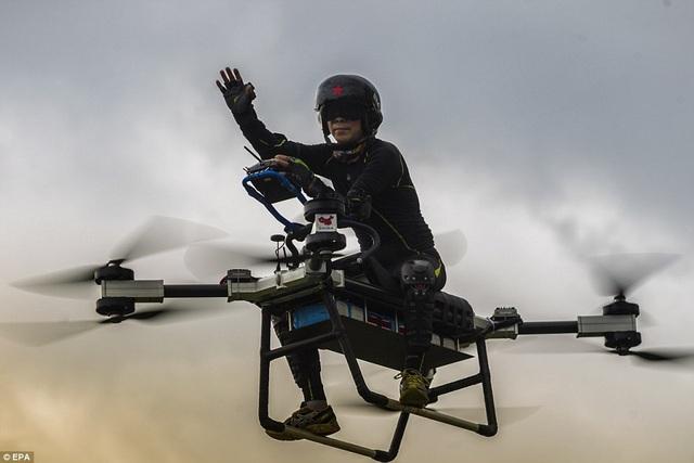 Tổng trọng lượng cất cánh là 256 kg, với tốc độ tối đa 70 km/h và pin có thể bay liên tục trong 30 phút.