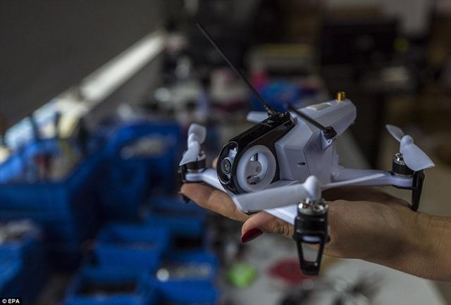 Bên trong xưởng của anh hiện chứa đầy các thiết bị bay, trong đó có cả những máy bay cỡ chỉ như bàn tay. Đây chính là nền tảng để anh phát triển chiếc scooter bay.