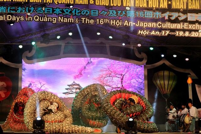 """Tiết mục """"Múa rắn"""" của các nghệ nhân tỉnh Oda, Nhật Bản"""
