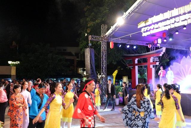 Những điệu múa sinh hoạt cộng đồng với những vụ điệu múa Bon, trống cơm, dân vũ… hấp dẫn, bùng nổ