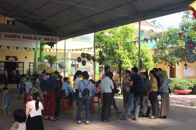 Trong ngày tựu trường năm học, nhiều em nhỏ tại TP Hà Tĩnh đã phải ra về vì không có lớp học.
