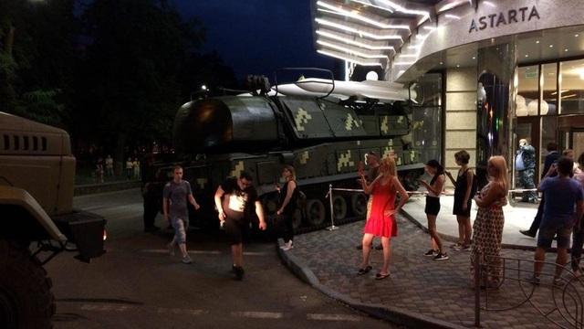 Xe chở tên lửa của Ukraine lao vào trung tâm thương mại (Ảnh: RT)