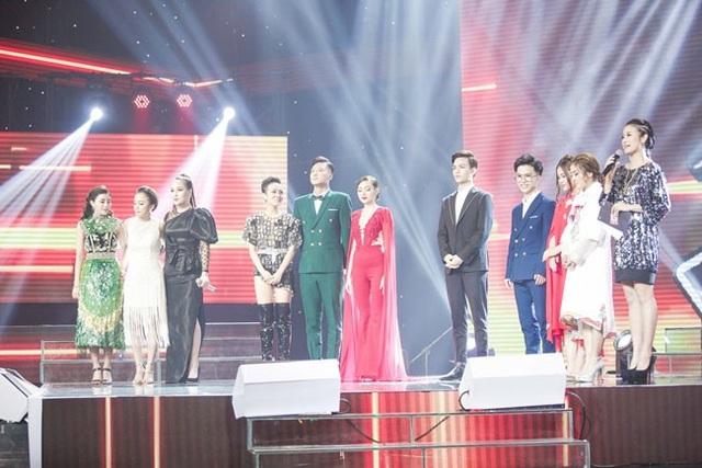 Các thí sinh lắng nghe kết quả trên sân khấu.