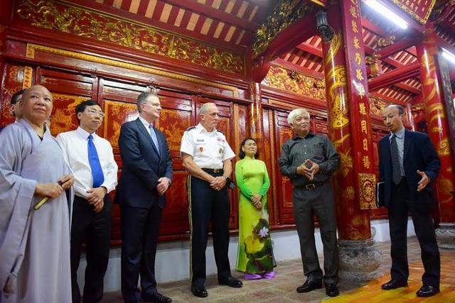 Tư lệnh Lục quân và Đại sứ Mỹ dâng hương tại đền thờ Hai Bà Trưng - 8
