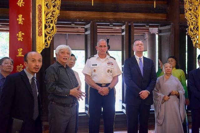 """Đại sứ Kritenbrink cho biết chuyến thăm tới thăm đền Hai Bà Trưng là dịp thể hiện sự ủng hộ của ông và Đại tướng Brown """"đối với một đất nước Việt Nam vững mạnh, thịnh vượng và độc lập""""."""