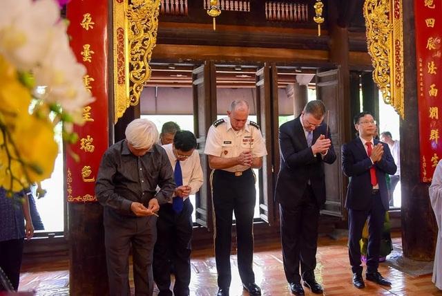 Đại sứ Kritenbrink và Đại tướng Brown dâng hương tại đền thờ Hai Bà Trưng.