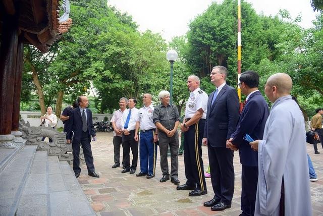 Trong chuyến thăm tới đền thờ Hai Bà Trưng, Đại tướng Brown và Đại sứ Kritenbrink đã được nghe giới thiệu về lịch sử của ngôi đền cũng như những giá trị truyền thống của dân tộc Việt Nam.