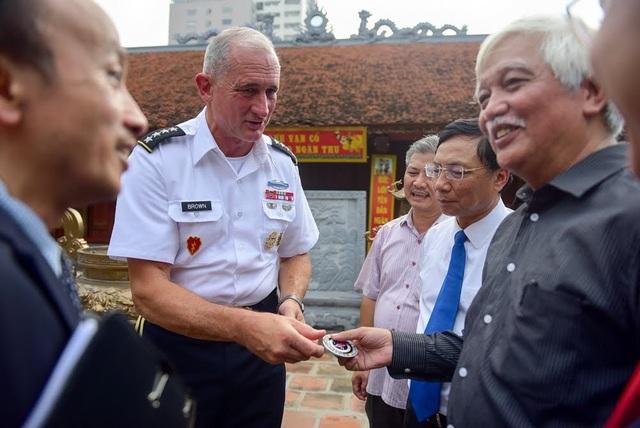 Kết thúc chuyến thăm tới đền thờ Hai Bà Trưng, Tư lệnh Lục quân Thái Bình Dương Mỹ Robert Brown đã gửi tặng biểu tượng của Lục quân Mỹ cho nhà sử học Dương Trung Quốc và ni sư trụ trì chùa để cảm ơn vì đã giúp ông hiểu thêm về lịch sử của ngôi đền.