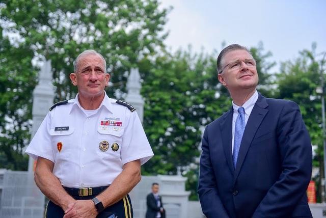 Tư lệnh Lục quân và Đại sứ Mỹ dâng hương tại đền thờ Hai Bà Trưng - 3