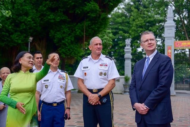 Chuyến thăm tới đền thờ Hai Bà Trưng của Đại tướng Robert B. Brown diễn ra khi ông đang tham dự với tư cách đồng chủ trì Hội thảo Quản lý Lục quân Thái Bình Dương lần thứ 42 (PAMS-42) tại Việt Nam.